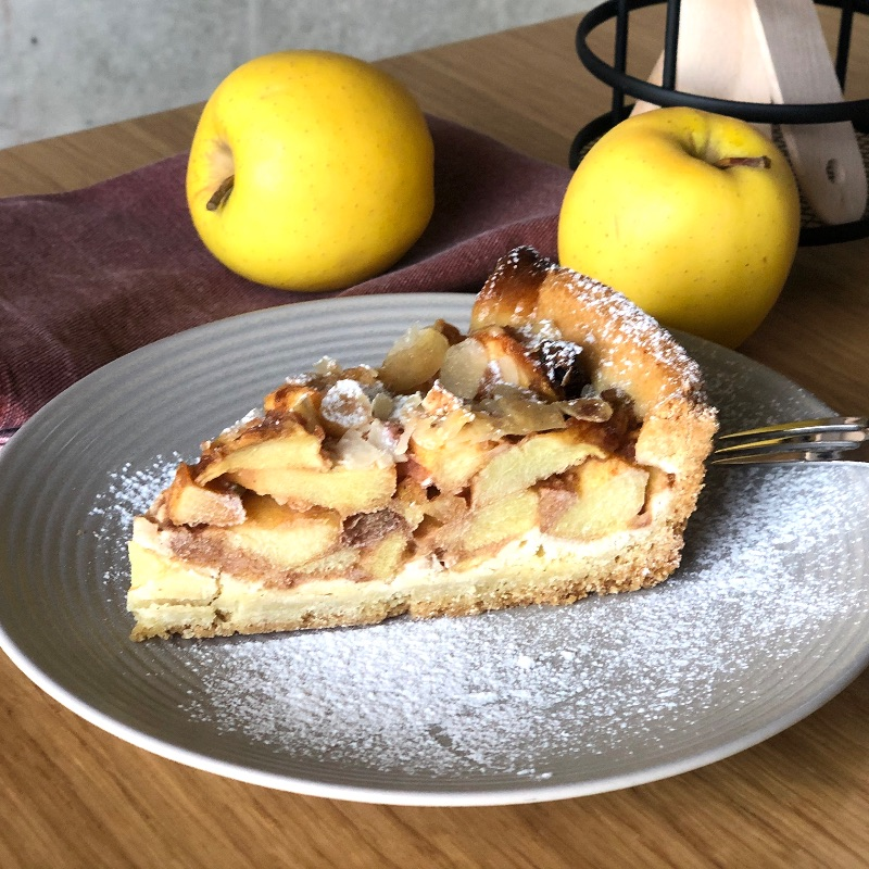 Apple pie / with apples, almonds, raisins and cinnamon